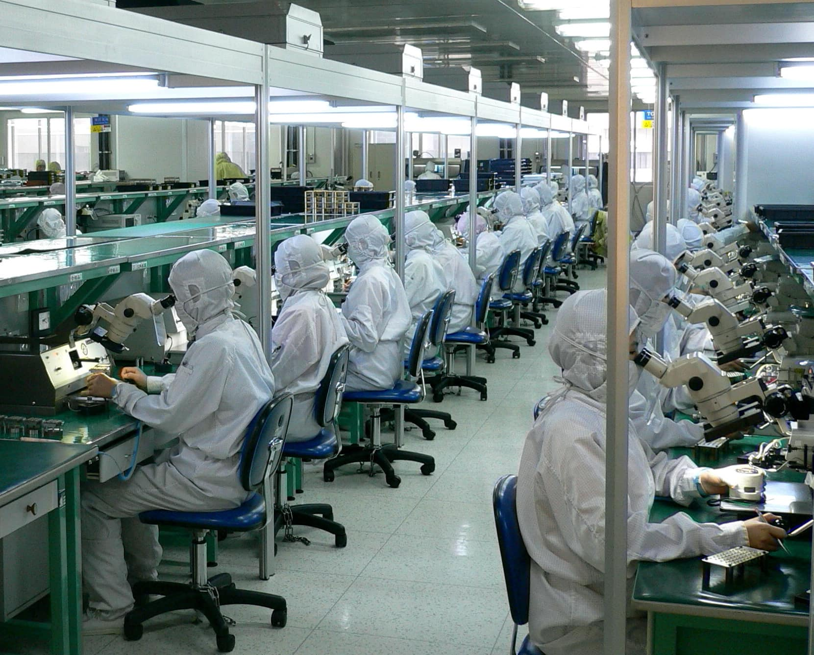 Chinese-factory-workers-fiber-optics-testing