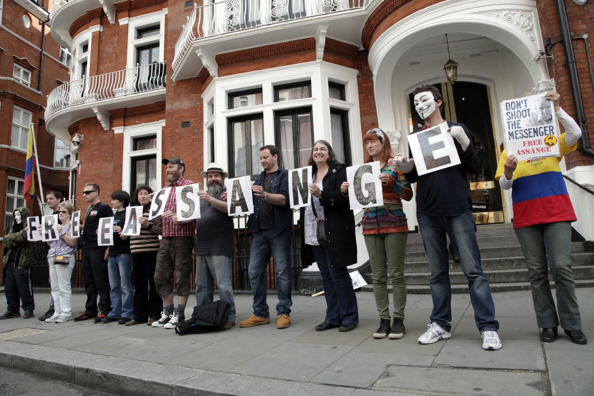 Simpatizantes de Julian Assange se reúnen en los exteriores de