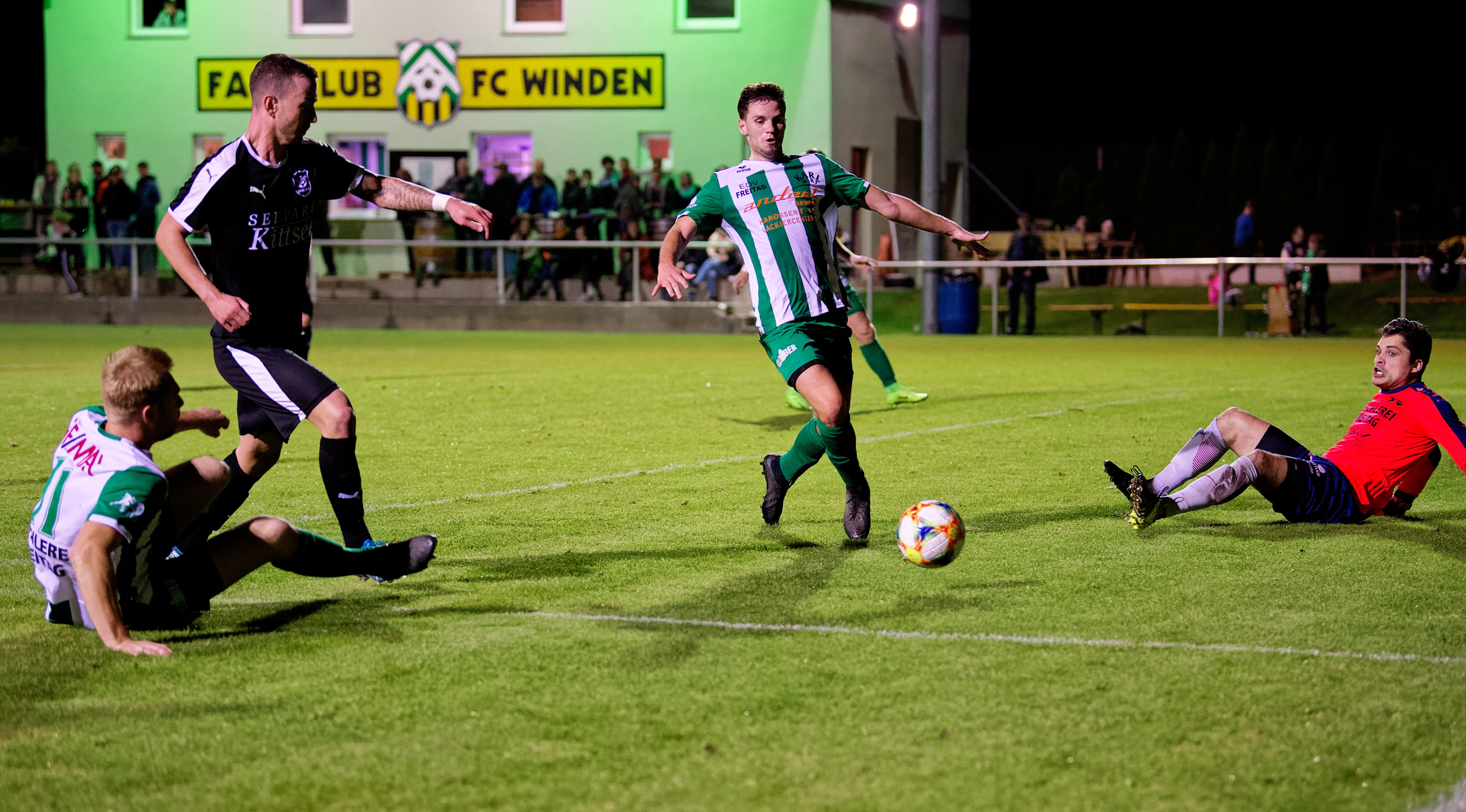 Loose ball in front of Winden net